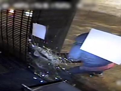 Detingut un lladre multireincident per robar en establiments comercials de Barcelona trencant els vidres amb una tapa de clavegueram