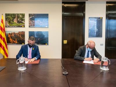 El conseller Tremosa i el president del Consell de Cambres, en el moment de la signatura