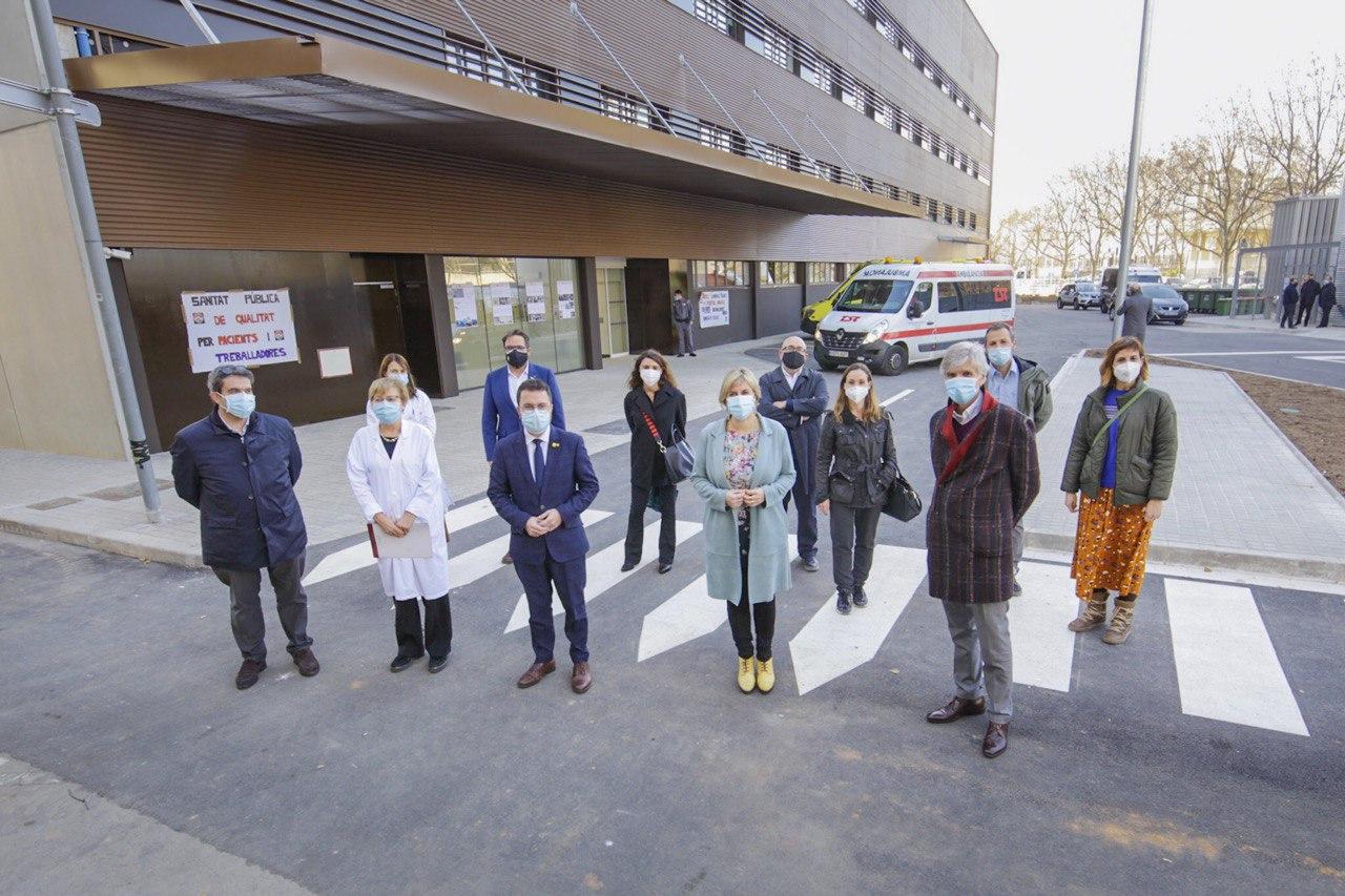 El vicepresident, la consellera, el secretari de Salut Pública, el director del CatSalut i la directora gerent de l'Hospital de Bellvitge, entre d'altres, davant del nou edifici polivalent de l'Hospital Universitari de Bellvitge