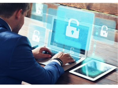 Persona d'esquenes teclejant un ordinador amb la imatge d'un candau a la pantalla