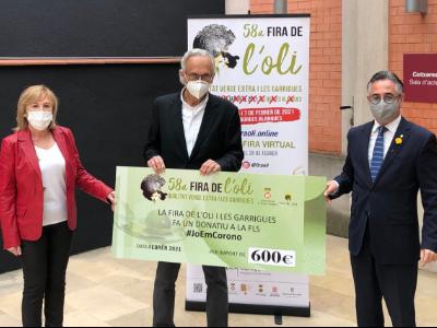 El conseller Tremosa, el doctor Bonaventura Clotet i la regidora de les Borges Blanques Núria Palau en l'acte de presentació de la Fira de l'Oli