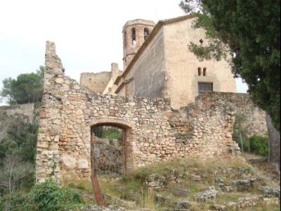 Vista del castell de Gelida des de l'accés del cementiri.