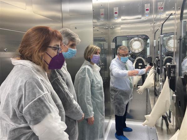 Un moment de la visita als laboratoris, aquest migdia.