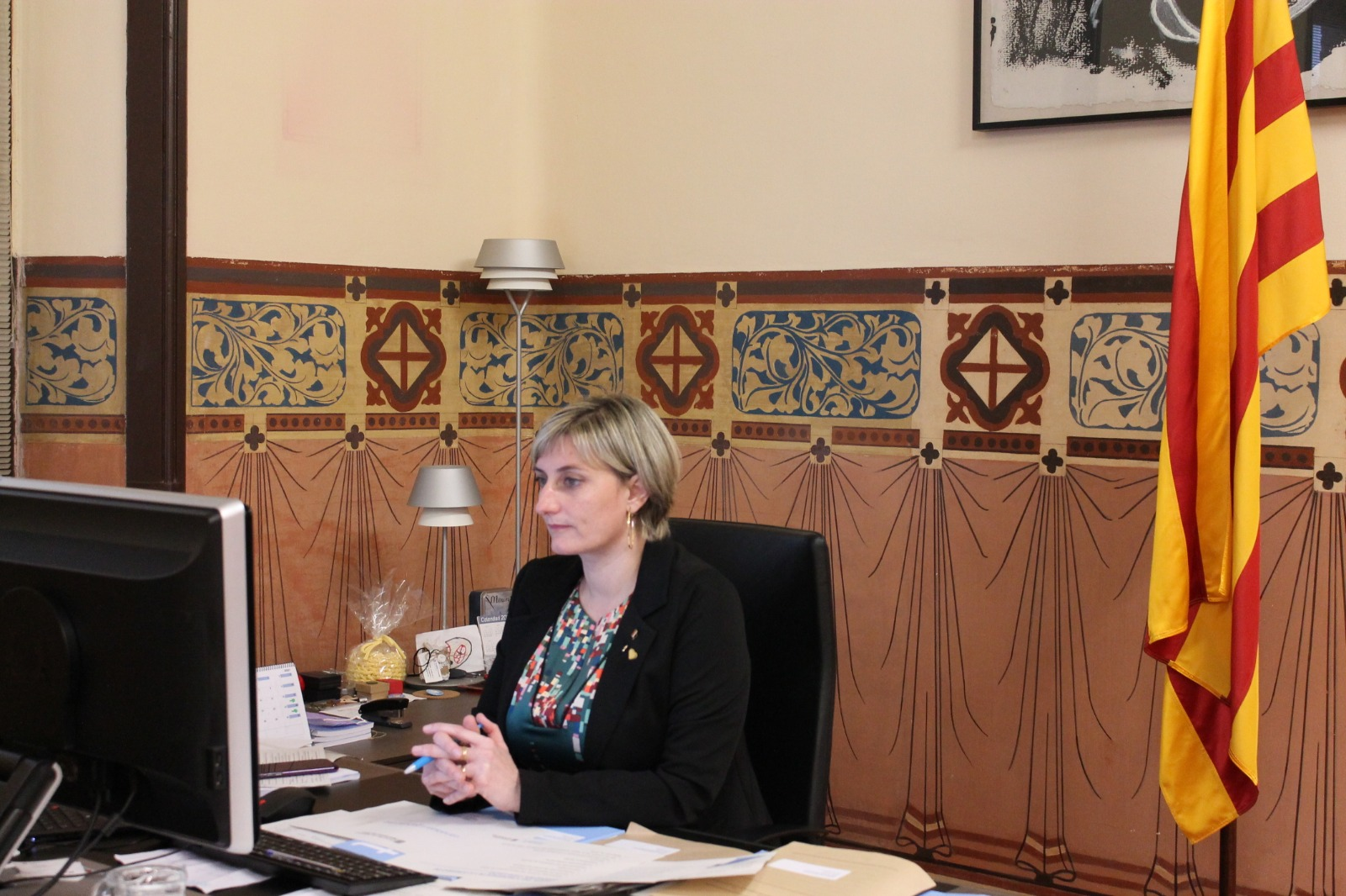 La consellera Vergés, al seu despatx, durant la reunió telemàtica aquesta tarda