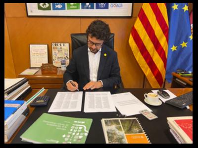 El conseller Calvet, signant la renovació del memoràndum d'entesa amb ONU-Hàbitat