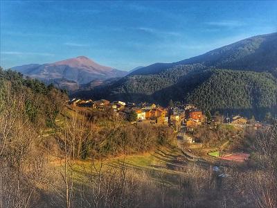 Vista panoràmica de Planoles, a la comarca del Ripollès