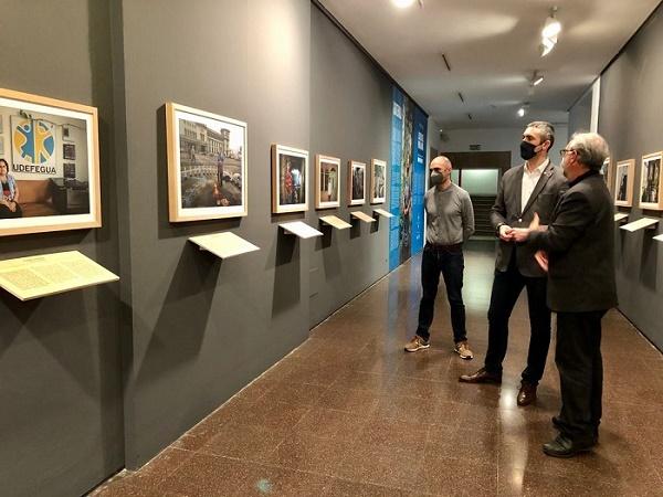 El conseller Solé i el director general de Cooperació al Desenvolupament, Manel Vila, durant la visita a l'exposició.