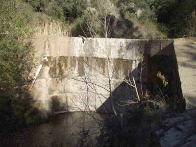 Presa de la Font del Vern, dins dels termes municipals d'Aiguafreda i Tagamanent.