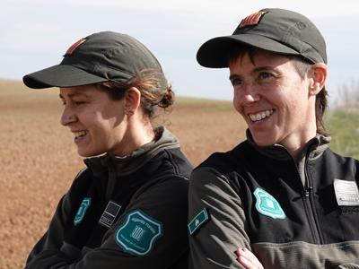 Imatge de dues agents