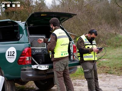 Agents rurals de la unitat RPAS buscant senglars