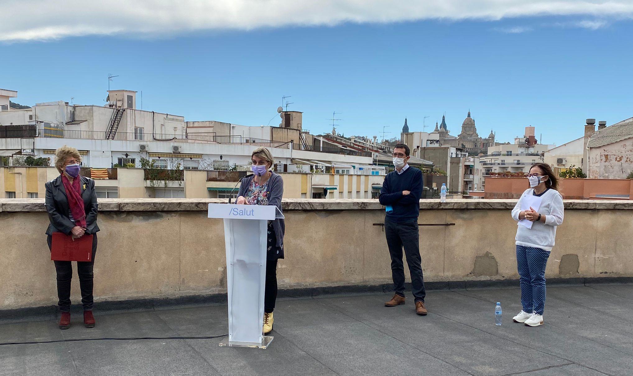 Un moment de la roda de premsa, aquest migdia, al terrat del CAP Manso de Barcelona.