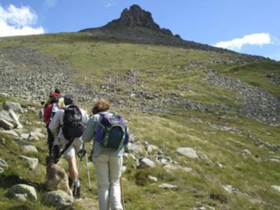 Un grup de persones pugen a una muntanya.