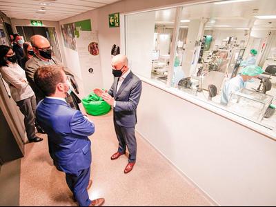 Fotograia del vicepresident, Pere Aragonès, durant la visita a l'ICFO