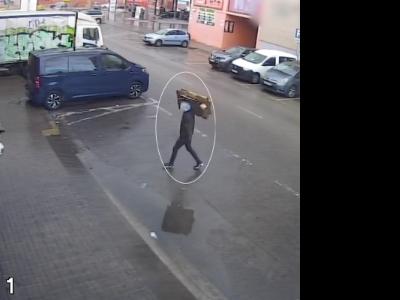 El lladre aprofita el moment que la dona entra al seu vehicle per sostreure els diners