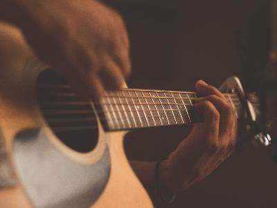 Un músic tocant una guitarra
