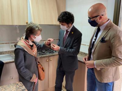 Una de les propietàries dels pisos, lliurant simbòlicament les claus al conseller Calvet i a l'alcalde de Lloret de Mar.