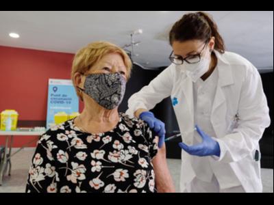 L'Antònia ha estat una de les primeres persones vacunades amb Janssen avui a Barcelona.
