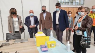 Visita del delegat del Govern, l'alcalde de Tarragona, i el gerent de la regió sanitària al Pavelló Catalunya de Tarragona, nou punt de vacunació massiva