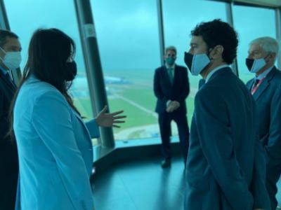 El conseller Calvet durant la visita a l'aeroport