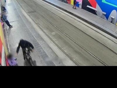 Un dels lladres es desplaçava en bicicleta i feia l'estrebada dels terminals