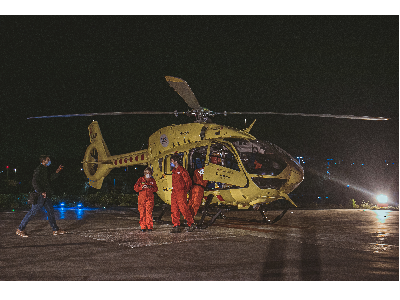 Metge i infermer HEMS (Helicopter Emergency Medical Service) Vol nocturn. Autor: Xavi Blanco