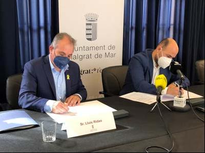 El director de l'ACA i l'alcalde de Malgrat de Mar, durant la signatura de l'acord.