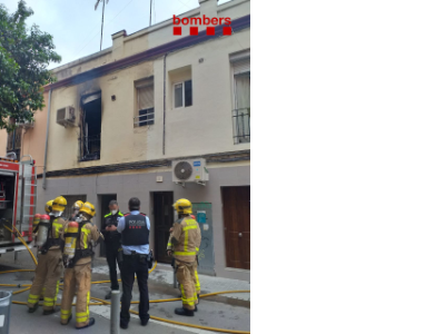 Immoble afectat pel foc d'aquesta tarda, al num. 19 del c/ Sant Antoni de l'Hospitalet de Llobregat