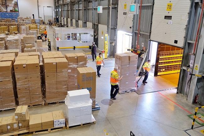 Operaris preparant el material per a l'enviament de l'ajut humanitari en un magatzem del Departament de Salut a Rubí.