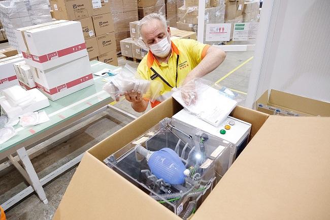 Un operari, empaquetant un respirador.