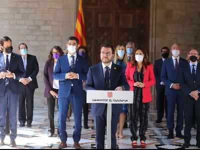 El president Aragonès, acompanyat del Govern, durant la compareixença