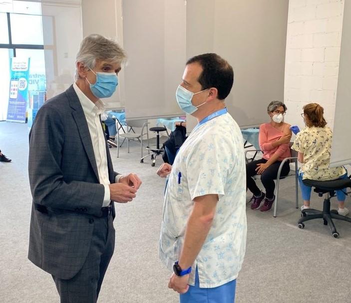 El conseller Argimon, ahir al punt de vacunació ubicat al centre comercial La Maquinista, a Barcelona.