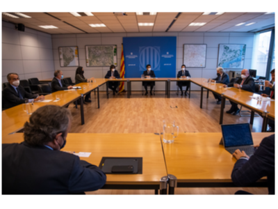 Imatge de la reunió del vicepresident amb alguns dels signants del manifest.