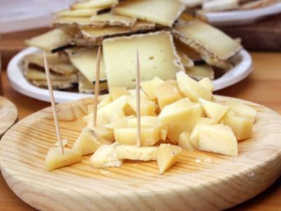 Imatge de recurs de formatges exposats en una fira