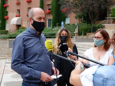 Marc Costa i Blanca de Llobet atenent als mitjans
