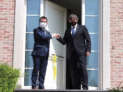 El presidents Pere Aragonès i Carles Puigdemont, a l'entrada de la Casa de la República. Autor: Rubén Moreno