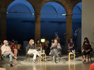La consellera de Cultura, Natàlia Garriga, amb el nou director de l'Arts Santa Mònica, Enric Puig, durant la roda de premsa de presentació del programa