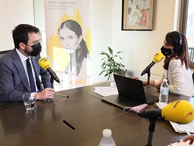 El president conversa amb Laura Rosel. Autor: Jordi Bedmar
