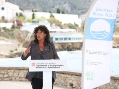 La consellera Jordà lliura a Sitges les Banderes Blaves a 97 platges catalanes, dues més que l'any passat