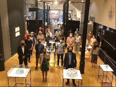 El director general de Comerç, Jordi Torrades, curadors i artesans en la inauguració de la Biennal