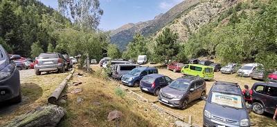 Aparcament de la Molinassa saturat de vehicles