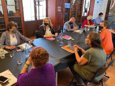 La consellera reunida amb representants d'entitats