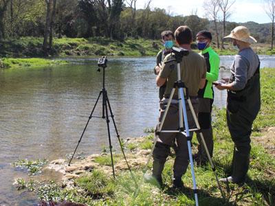 Tècnics mesurant cabals de riu.