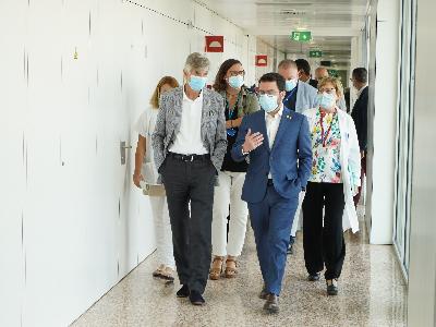 El president Aragonès durant la seva visita a l'Hospital de Bellvitge (foto: Paco J. Muñoz)
