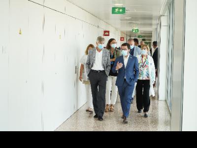 El president Aragonès durant la seva vistat a l'Hospital de Bellvitge (foto: Paco J. Muñoz)