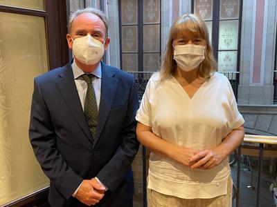 La consellera de Cultura, Natàlia Garriga, amb el president del Consell de l'Audiovisual de Catalunya, Roger Loppacher, al Departament de Cultura.