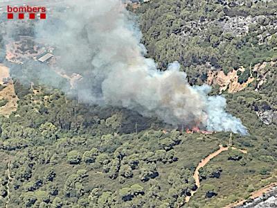 Imatge aèria de la represa de l'incendi forestal de Castellví de Rosanes d'avui, 14 de juliol