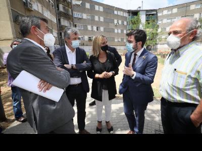 El president Aragonès durant la seva visiat a domicilis afectats per l'amiant a Badia del Vallès (foto: Jordi Bedmar)