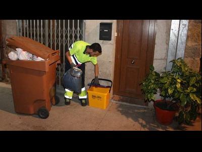 Imatge d'un procés de recollida porta a porta