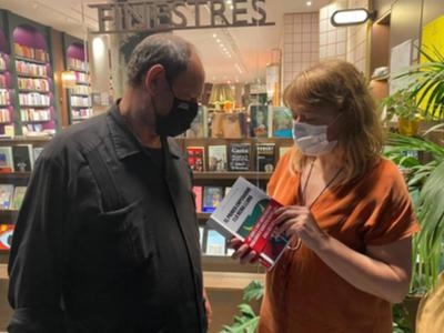L'editor de Comanegra, Joan Sala, amb la consellera de cultura, Natàlia Garriga, parlant sobre el llibre de l'escriptor recentment desaparegut, Jordi Cussà