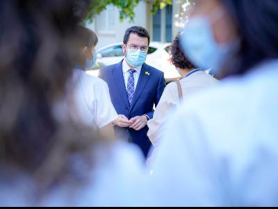 El president conversant amb professionals sanitaris a Figueres. Autor: Arnau Carbonell